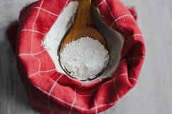 Стиль страны натюрморта Красная и белая текстура тканей в кухне, белой муки в шаре фарфора с деревянной ложкой Ханом Стоковая Фотография