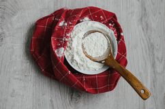 Стиль страны натюрморта Красная и белая текстура тканей в кухне, белой муки в шаре фарфора с деревянной ложкой Ханом стоковое изображение