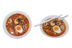 Стиль Том Yum Тайской кухни с лапшами ручки риса суп морепродуктов добавляет специи и травы для того чтобы накормить пряные вкусы стоковые изображения
