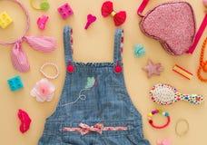 Стиль улицы лета Установленные одежды, аксессуары девушки лета моды Стоковые Фото