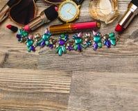 Стиль улицы Рамка современного коллажа аксессуаров женщины Солнечные очки, портмоне, губная помада, браслет, ожерелье и ананасы стоковые изображения rf