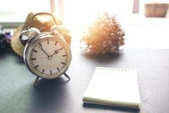 Стиль часов винтажный на после полудня и примечании на рабочее временя стоковые изображения