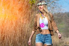Стиль hippie девушки indie в природе Стоковая Фотография RF