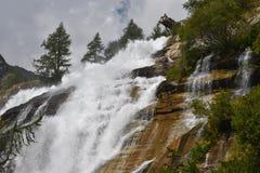Стимул и сила воды на водопадах Toce на итальянце Альп стоковое фото