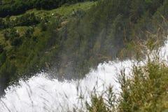 Стимул и сила воды на водопадах Toce на итальянце Альп стоковая фотография rf