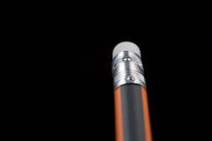 Стирание карандаша, удаление, правильное Конец-вверх ereser карандаша на черном b Стоковое фото RF