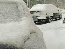 Стихийные бедствия зима overcast, вьюга, сильный снегопад парализовыванные дороги автомобиля города, сброс давления Снег покрыл ц стоковое фото