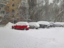 Стихийные бедствия зима overcast, вьюга, сильный снегопад парализовыванные дороги автомобиля города, сброс давления Снег покрыл ц стоковые фотографии rf