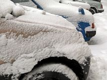Стихийные бедствия зима overcast, вьюга, сильный снегопад парализовыванные дороги автомобиля города, сброс давления Снег покрыл ц стоковое фото rf