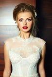 Стильная белокурая модель девушки невесты в платье свадьбы Стоковые Фотографии RF