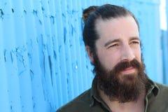 Стильная бородатая модель битника с стилем причёсок плюшки человека, образом жизни в улице, глубиной поля background card congrat Стоковое Фото