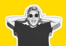 Стильная блондинка моды с коллажем коротких волос красочным Шальная девушка в черной футболке и солнечных очках утеса scream Стоковые Фотографии RF