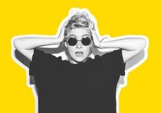 Стильная блондинка моды с коллажем коротких волос красочным Шальная девушка в черной футболке и солнечных очках утеса scream Стоковые Изображения RF