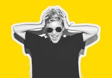 Стильная блондинка моды с коллажем коротких волос красочным Шальная девушка в черной футболке и солнечных очках утеса scream Стоковое Изображение