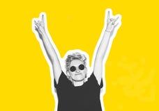 Стильная блондинка моды с коллажем коротких волос красочным Шальная девушка в черной футболке и солнечных очках утеса scream Стоковое Изображение RF
