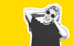 Стильная блондинка моды с коллажем коротких волос красочным Шальная девушка в черной футболке и солнечных очках утеса scream Стоковое фото RF