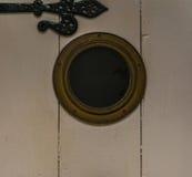 Стильная дверь с глазом ` s быка, интересная дверь в seasid Стоковое фото RF