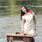 Стильная винтажная девушка с шахмат Стоковые Изображения