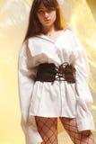 Стильная девушка в модных одеждах на предпосылке просвечивающего фильма Стоковое Изображение
