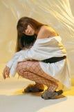 Стильная девушка в модных одеждах на предпосылке просвечивающего фильма Стоковое фото RF