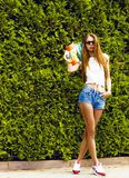 Стильная девушка в представлениях солнечных очков с longboard Стоковые Фотографии RF
