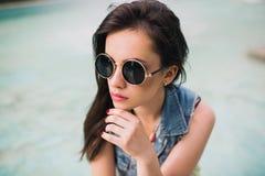 Стильная девушка в стеклах на улицах Стоковая Фотография