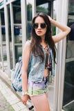 Стильная девушка в стеклах на улицах Стоковая Фотография RF