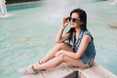 Стильная девушка в стеклах на улицах Стоковое Фото