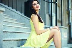 Стильная девушка женщины в вскользь желтом платье Стоковое Изображение RF