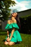 Стильная девушка женщины на вскользь зеленом платье Стоковое Фото