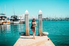 Стильная девушка на Марине в острове гавани, Сан-Диего стоковые изображения