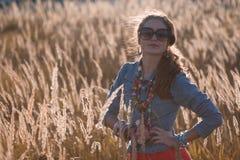 Стильная девушка на поле в солнце излучает Стоковая Фотография