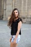 Стильная девушка на улице Стоковое Фото