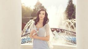 Стильная девушка около фонтана Стоковое Изображение
