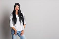 Фото девушки с длинными черными волосами
