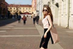 Стильная девушка с хозяйственной сумкой Стоковое Фото
