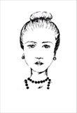 Стильная девушка с хорошим лучем стрижки и ожерелье на белой предпосылке Стоковые Изображения