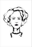 Стильная девушка с хорошим bob стрижки и ожерелье на белой предпосылке Стоковые Изображения