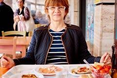 Стильная женщина в кафе Стоковые Изображения RF