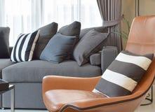 Стильная живущая комната с серым цветом и чернотой striped подушки на софе Стоковые Изображения