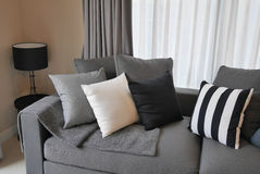 Стильная живущая комната с серым цветом и чернотой striped подушки Стоковые Фотографии RF