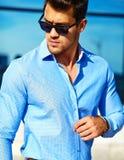 Стильная красивая модель человека в улице Стоковые Изображения RF