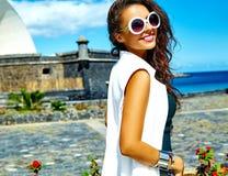 Стильная модель брюнет в битнике одевает outdoors Стоковая Фотография