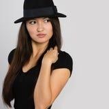 Стильная молодая азиатская женщина смотрит прочь Стоковое фото RF