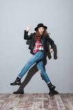 Стильная молодая женщина в шляпе и кожаной куртке Стоковые Фотографии RF