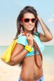 Стильная молодая женщина на пляже моря Стоковая Фотография