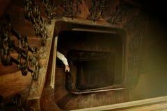 Стильная рука человека битника, идя вверх по деревянным старым лестницам в бушеле Стоковое фото RF