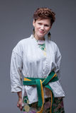 Стильная середина постарела женщина представляя в кимоно спорт Стоковое Фото