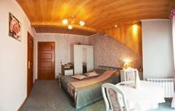 Стильная спальня просторной квартиры или чердака Стоковое Изображение RF