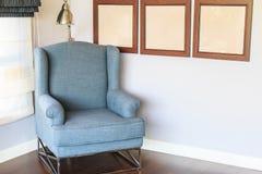 Стильное кресло с стоящей лампой в живущей комнате Стоковое фото RF